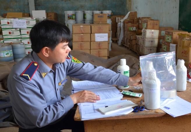 Lấy mẫu phân bón của Cty Thuận Phong gửi đi kiểm nghiệm chất lượng