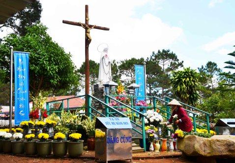 Bà Cúc thay hoa mỗi ngày quanh tượng Đức Mẹ Măng Đen