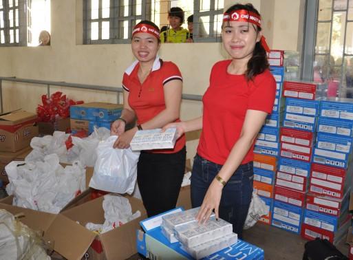 Chuẩn bị sữa và quà cho người tình nguyện hiến máu