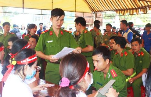 Công an huyện đăng ký hiến máu