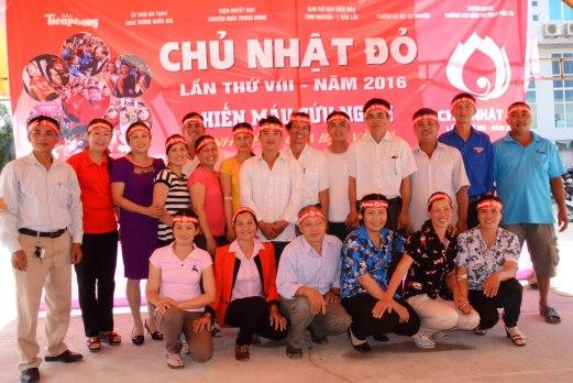 Đại diện Ban ATGT tỉnh chụp ảnh cùng đoàn hiến máu xã Ea Ô