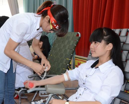 Nữ sinh Nông Thị Nguyệt dân tộc Tày lần đầu hiến máu