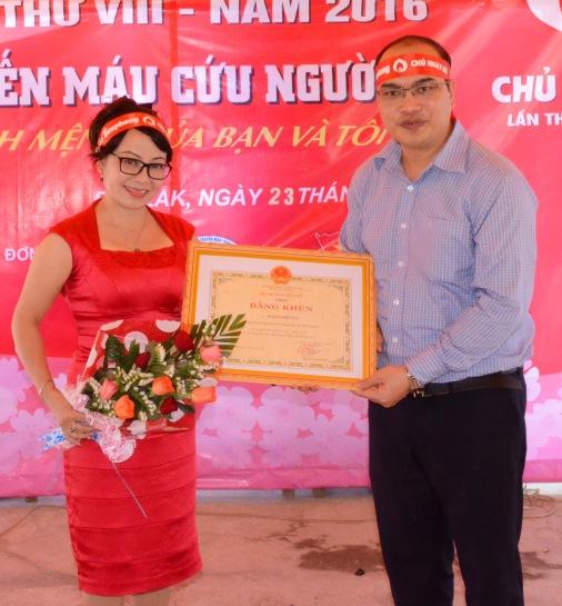 Nhà báo Hoàng Thiên Nga nhận bằng khen của Bộ Y tế