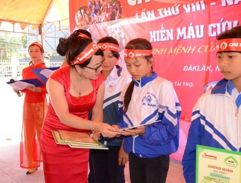 Trao 10 suất học bổng Đọt Chuối Non cho học sinh hiếu học hiếu thảo huyện Ea Kar