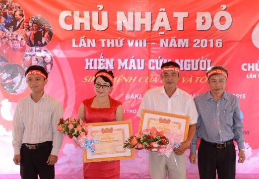 Trao bằng khen của Trung ương Đoàn cho Ban Đại diện báo Tiền Phong và ông Nguyễn Đức Phú