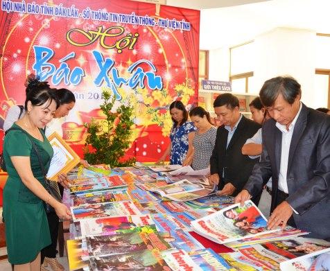 Bạn đọc tha hồ đọc báo tết tại Hội báo Xuân tỉnh Đắk Lắk
