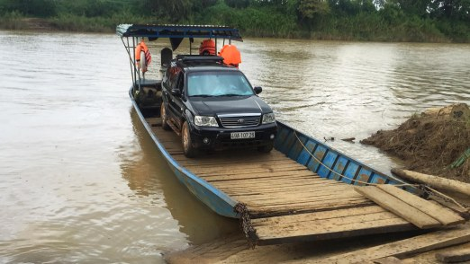Ô tô cưỡi thuyền cập bến