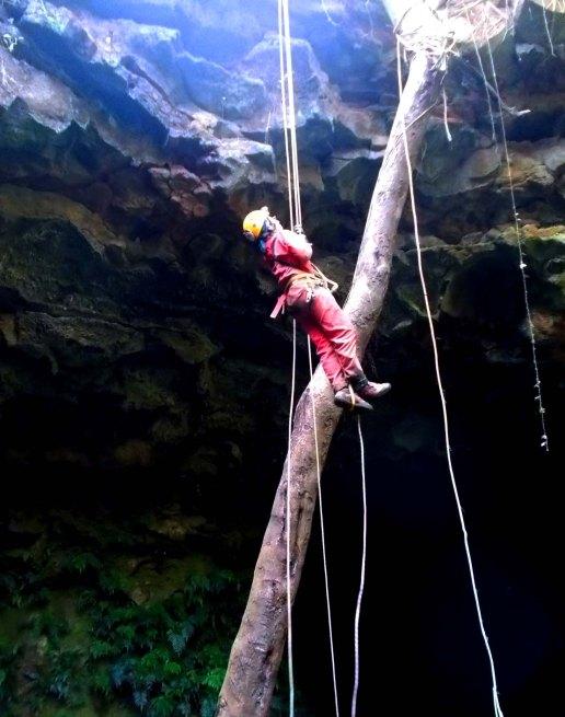 Đu dây xuống hang C7 trong hệ thống hang động núi lửa Krông Nô