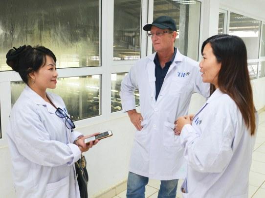Ông Gilad Efrat và bà Thu Hiền giới thiệu với phóng viên về dự án bò sữa của tập đoàn TH True Milk