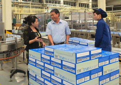 Ông Lê Đức Trường nói với PV về dây chuyền khép kín từ khâu vắt sữa bò đến hộp sữa tươi thành phẩm