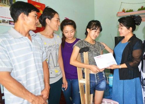 Đại diện báo Tiền Phong trao quà lần thứ hai cho Hà Vi