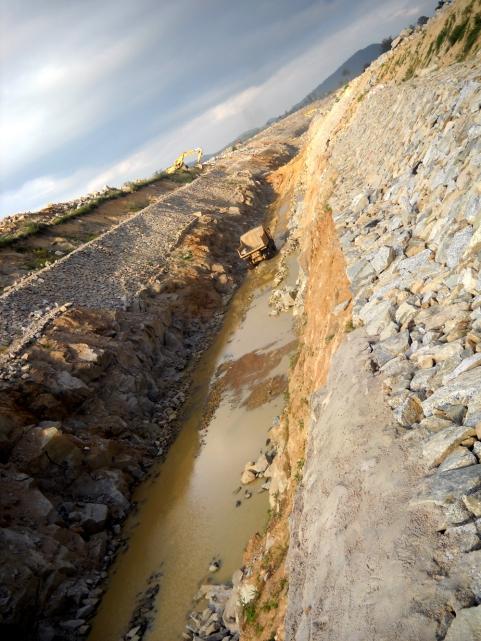 Ảnh cảnh xẻ núi dẫn nước từ sông Ba (Gia Lai) xuống sông Kôn (Bình Định) của Công trình thủy điện An Khê - Ka Nak