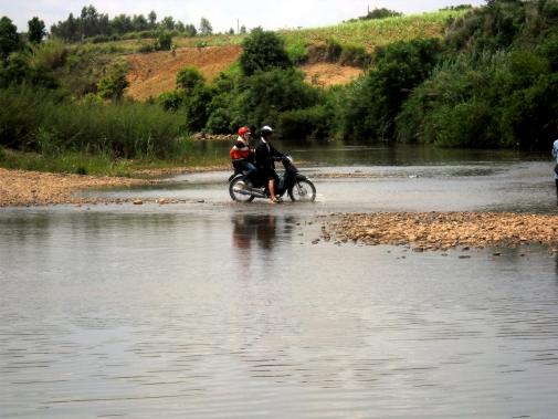 Sông Ba cạn có thể chạy qua bằng xe máy