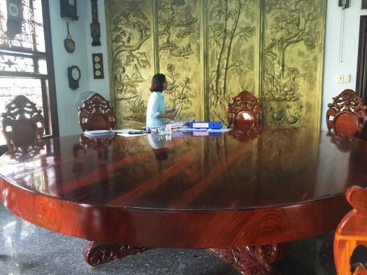 Bà Tố Oanh làm việc sau chiếc bàn gỗ khủng