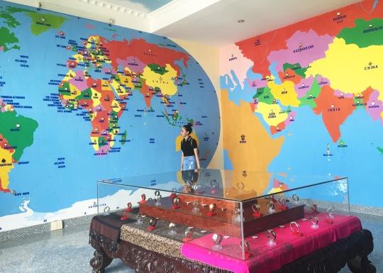 Bản đồ thế giới được điểm bằng đồng hồ