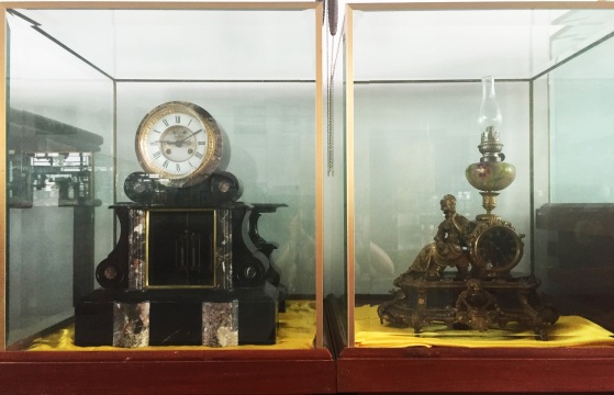 Đồng hồ tạo dáng đèn dầu và đàn piano