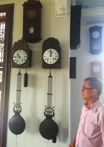 Một cặp đồng hồ cổ xưa
