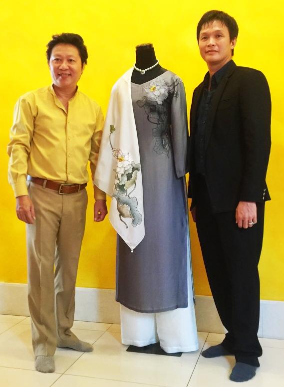 Nghệ nhân Hồ Thanh Tuấn và nhà thiết kế Sỹ Hoàng bên bộ áo dài Hoa Sen kèm chuỗi ngọc trai Tinh Hoa Việt tặng phu nhân Tổng thống Mỹ