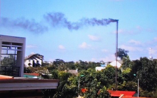 Khói thối mù do máy hấp rác hỏng từ bệnh viện ô nhiễm khu dân cư