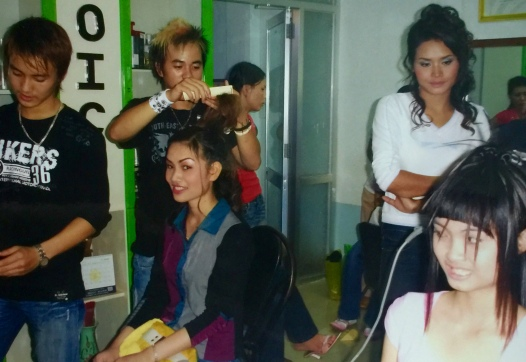 Làm tóc và trang điểm miễn phí cho thí sinh dự thi Hoa hậu Tây Nguyên 2006