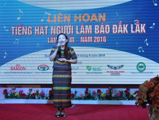 Nữ biên dịch Đài TNVN H'Thi Rơya đơn ca Bóng cây kơ nia