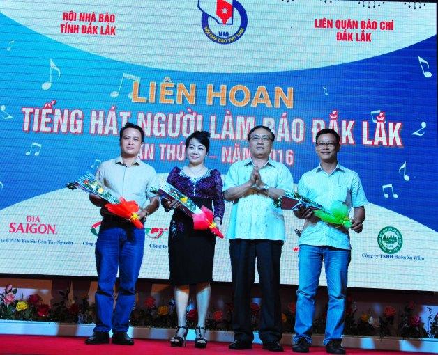 Nhà báo Nguyễn Văn Phú Tổng Biên tập báo Đắk Lắk trưởng BTC cuộc thi tặng hoa Ban Giám khảo