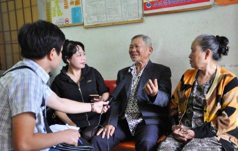 Những bệnh nhân thiếu thuốc kể khổ với nhóm phóng viên