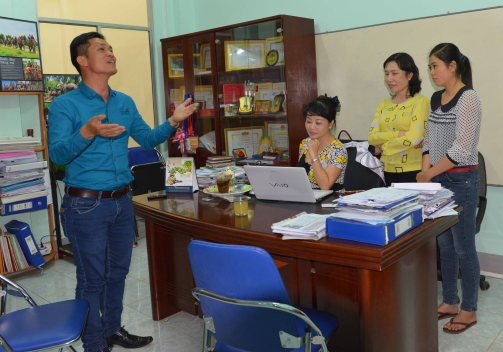 Anh Mười Bơ trổ tài ca sĩ tại báo Tiền Phong