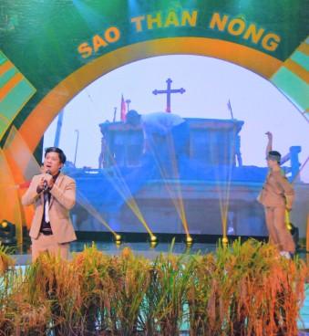 Ca sĩ Mười Bơ hát trên chương trình Chào buổi sáng Bông lúa của VTV1