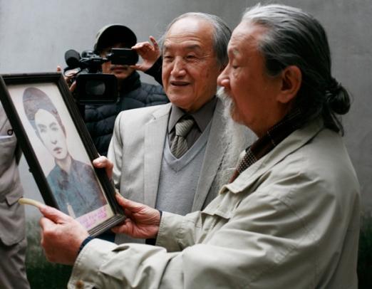 Ông Thế Anh và nhà nghiên cứu Đặng Bàn bên tấm ảnh CMT (nhiếp ảnh làng Lai Xá, có nguồn gốc từ cụ Đỗ Huy Trứ)