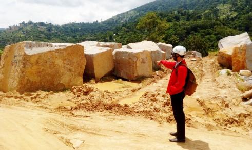 Đá granit bị khai thác trái phép tại thôn Quảng Đông xã Hòa Sơn- Ảnh Long Tiền