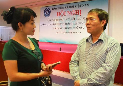 Đại diện báo Tiền Phong phỏng vấn ông Phạm Lương Sơn phó tổng giám đốc BHXHVN
