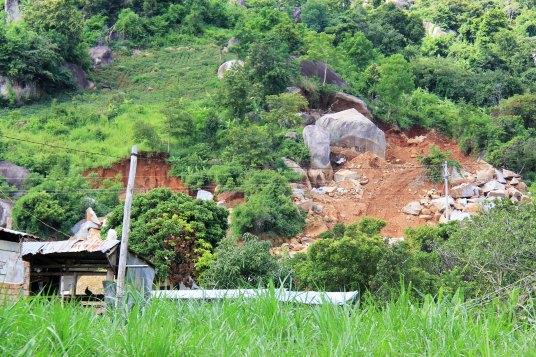 Điểm khai thác đá sát nhà dân