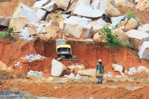 Công trường khai thác đá tại thôn 6 xã Hòa Sơn
