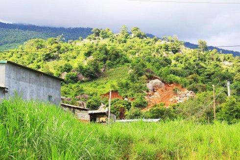 Dân chúng bất an vì những bãi đá khai thác trái phép ngay sau nhà