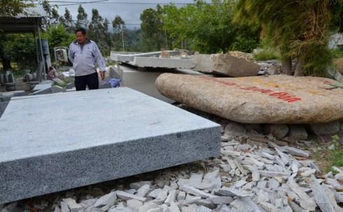Khách hàng mua đá granit bên QL 27 khai thác từ huyện Krông Bông
