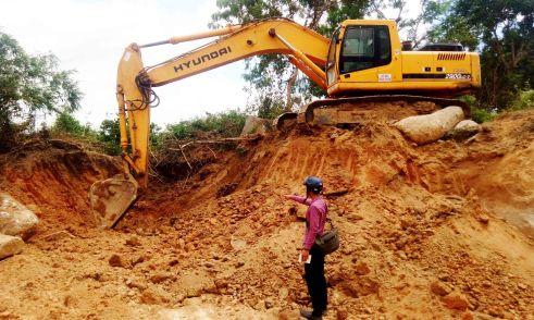 Máy xúc đào xới tìm đá tại diện tích đất của hộ dân Võ Thị Phương