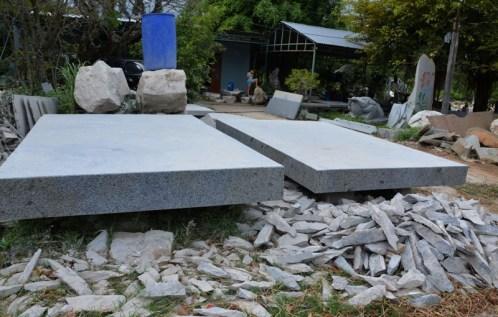 Mỗi tấm đá granit bày bán bên quốc lộ 27 này giá hàng chục triệu đồng