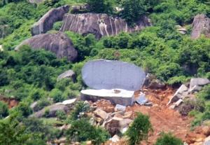 Một tảng đá lớn bị xẻ đôi tại thôn 7 xã Hòa Sơn