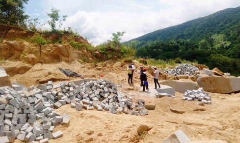 Trưa ngày 16.8 nhóm cán bộ huyện và xã lập biên bản một hộ dân tiếp tục cho khai thác đá tại thôn Quảng Đông