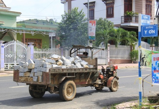 Vận chuyển đá viên đi tiêu thụ ngang thị trấn huyện Krông Bông