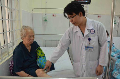 Bs Minh với cụ bà 83 tuổi đã được thông tắc tĩnh mạch chân