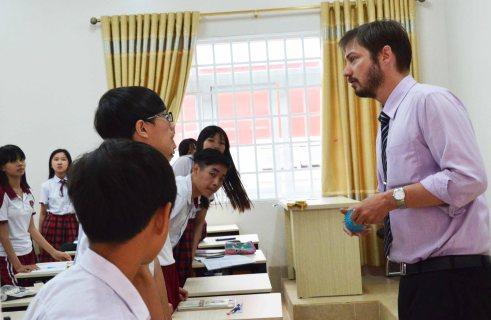 Học tiếng Anh với thầy Timothy ở trường Hoàng Việt'