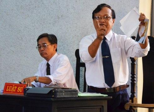 Luật sư Phan Ngọc Nhàn đề nghị tòa áp giải giám định viên đến để làm rõ những điểm bất thường của bản GĐPY