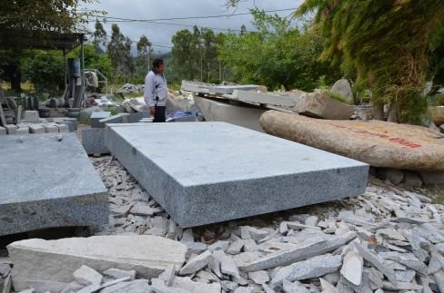 Một bãi đá granit đã xẻ bày bán bên quốc lộ 27