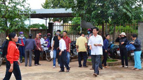 Nhiều người dân thôn 2 la hét về việc bà Giang vu oan giá họa ông Trung sau phiên tòa sơ thẩm lần 2