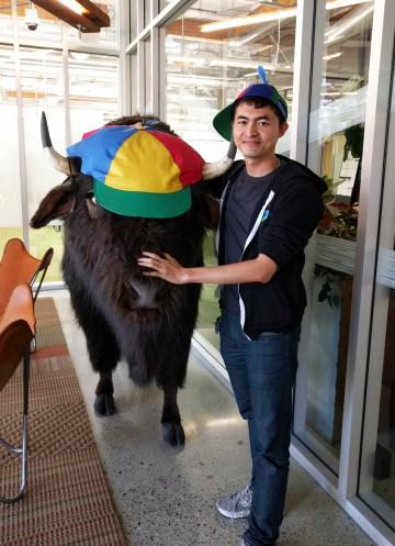 Anh Minh và con bò đội mũ Noogler tại Googleplex