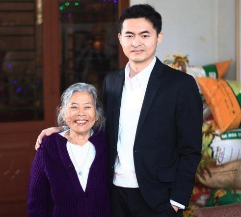 Bà ngoại vui mừng biết tin Minh trúng tuyển vào Google