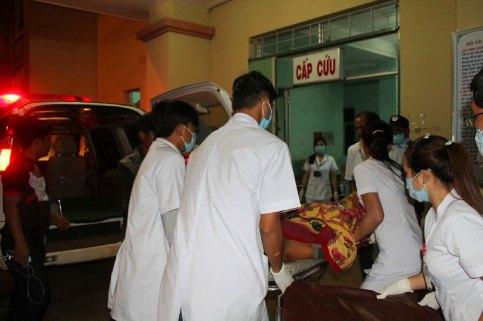 Đưa các nạn nhân vào cấp cứu tại bệnh viện đa khoa tỉnh Đắk Nông