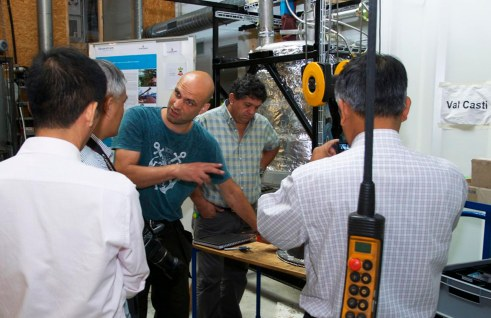 Chuyên gia phụ trách chế tạo chính tại Oko Zentrum giảng giải cho các học viên đến từ Việt Nam và Pê Ru